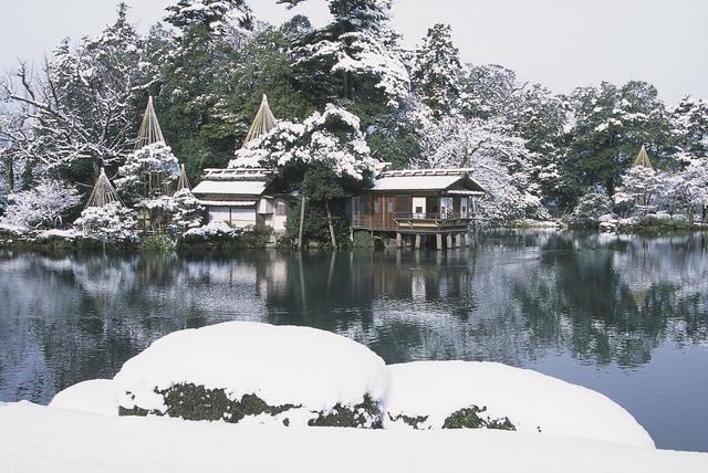 Kagamigaike Pond and Uchihashi-tei Tea House at Kenrokuen.jpg