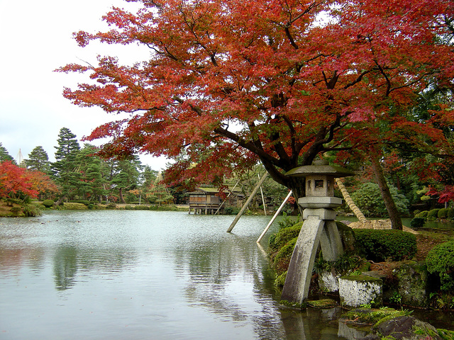 Kasumigaike Pond and Kotoji-tōrō at Kenrokuen.jpg